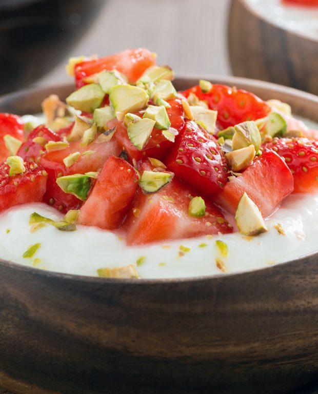 Spuntino: yogurt, fragole, pistacchi